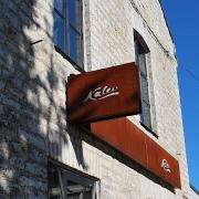 """valgus-reklaam fassaadil. """"Kalevi"""" esinduskauplus Tallinnas Rotermanni kvartalis / Lit facade sign for Kalev's representative store in Rotermanni Quarter, Tallinn"""