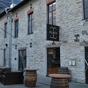 "valgus-reklaam restorani ""Plaz""fassaadil Tallinnas, Rotermanni kvartalis / Lit facade sign for restaurant Plaz in Rotermanni Quarter, Tallinn"